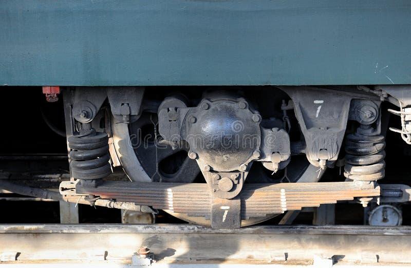 Roda e molas de um fim locomotivo acima imagem de stock
