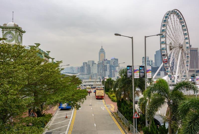 A roda e o cais de Ferris em Victoria abrigam em Hong Kong foto de stock