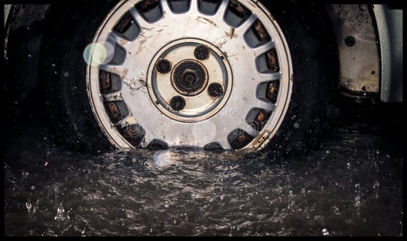 A roda e o pneu oxidados velhos de uma obtenção velha do carro inundaram por f fotografia de stock