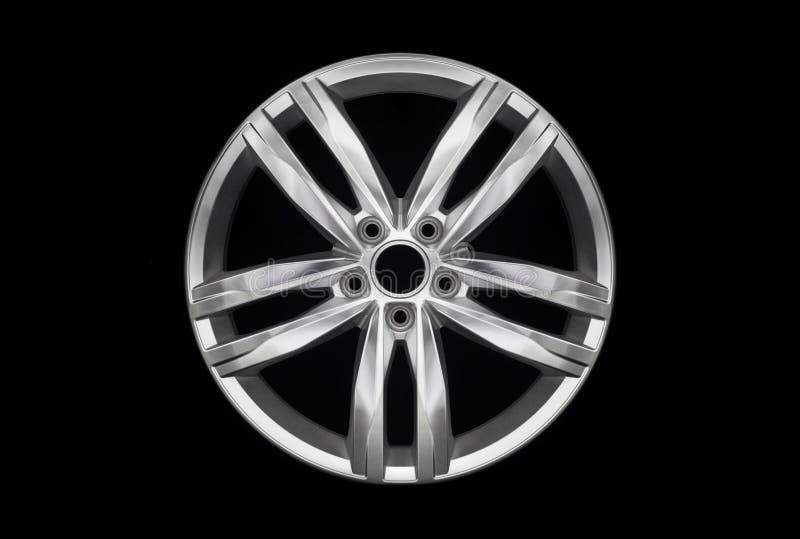 Roda em liga de alumínio de carro moderno isolada sobre fundo escuro foto de stock