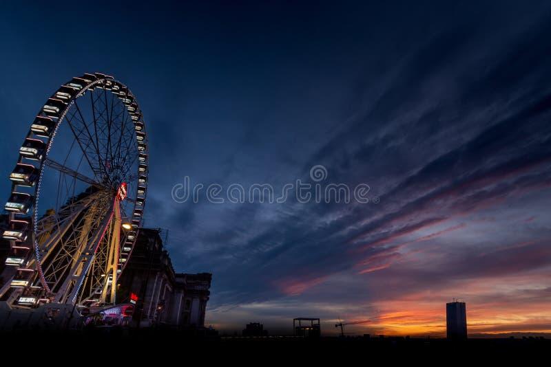 Roda-férrea em Bruxelas ao pôr do sol com uma bela vista para o céu Na imagem, é também uma torre grande imagens de stock royalty free