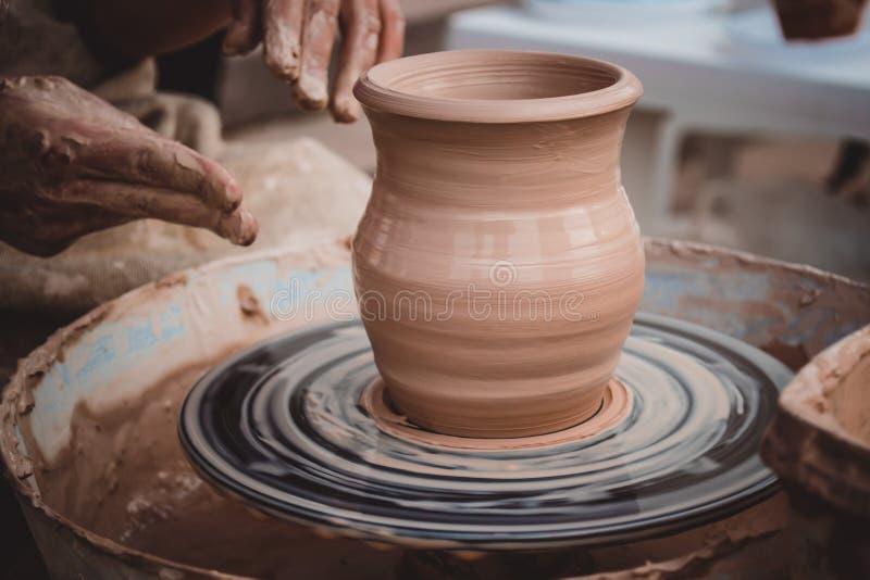 Roda fresca do ` s do oleiro da argila do vaso foto de stock
