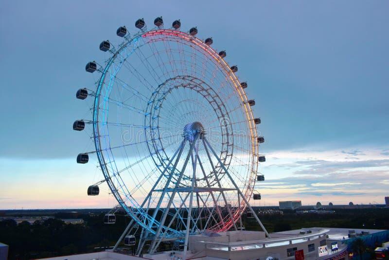Roda gigante, opinião do ar da movimentação internacional Backround bonito do por do sol imagens de stock