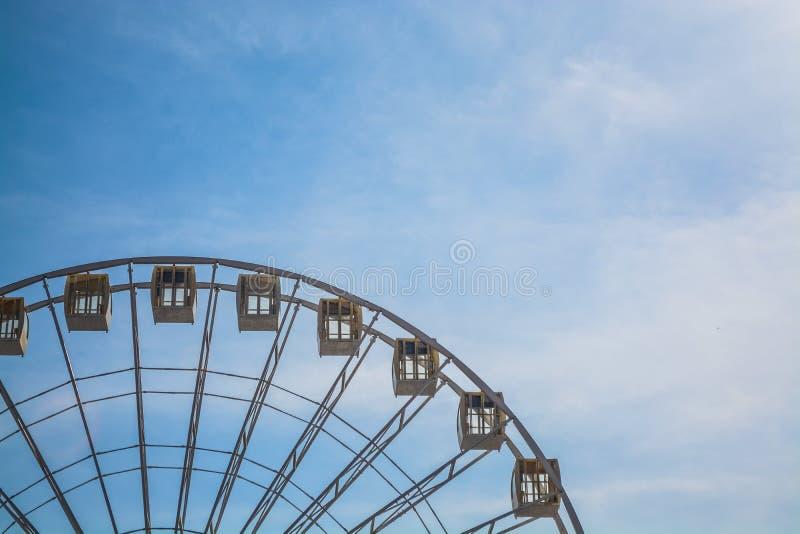 Roda grande na perspectiva do c?u azul e de uma arquitetura velha Kiev da cidade, Ucr?nia Parque de divers?es ?rea fotografia de stock royalty free