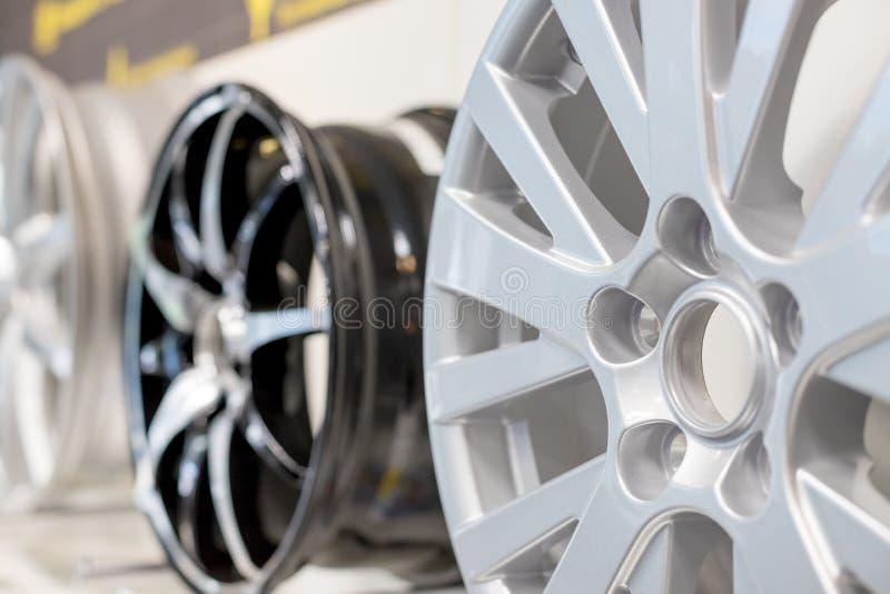 Roda máxima do carro Roda da liga do magn?sio A v?ria liga roda dentro a loja, foco seletivo as bordas do carro isolaram-se as bo fotos de stock