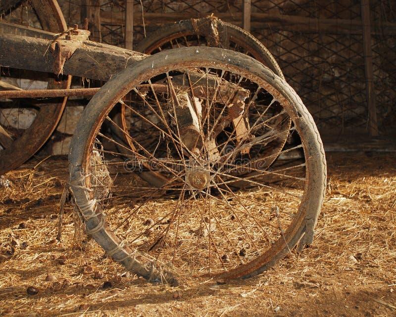 Download Roda No Carro De Madeira Velho Foto de Stock - Imagem de europa, italy: 12808120