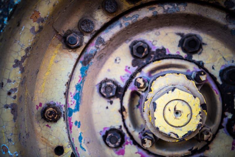 Roda oxidada de um trator em uma exploração agrícola foto de stock royalty free
