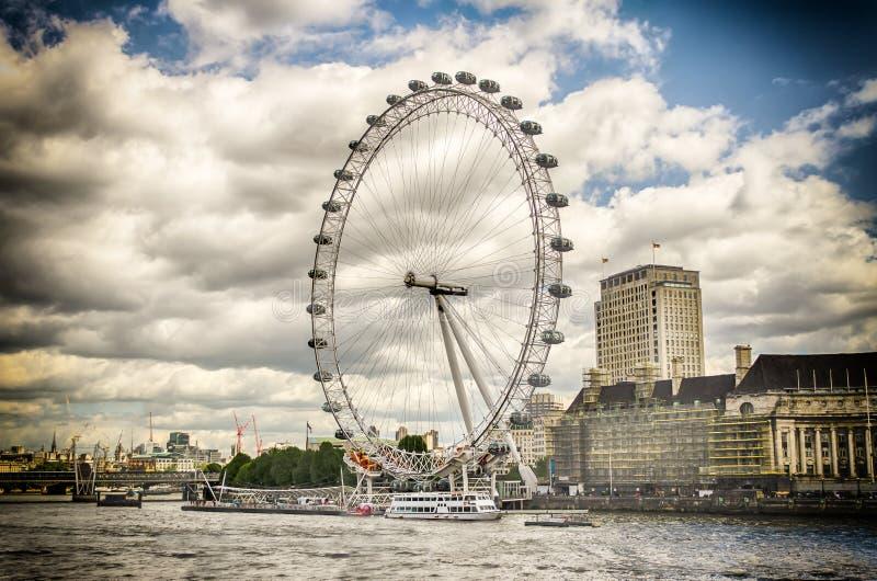 A roda panorâmico do olho de Londres imagens de stock