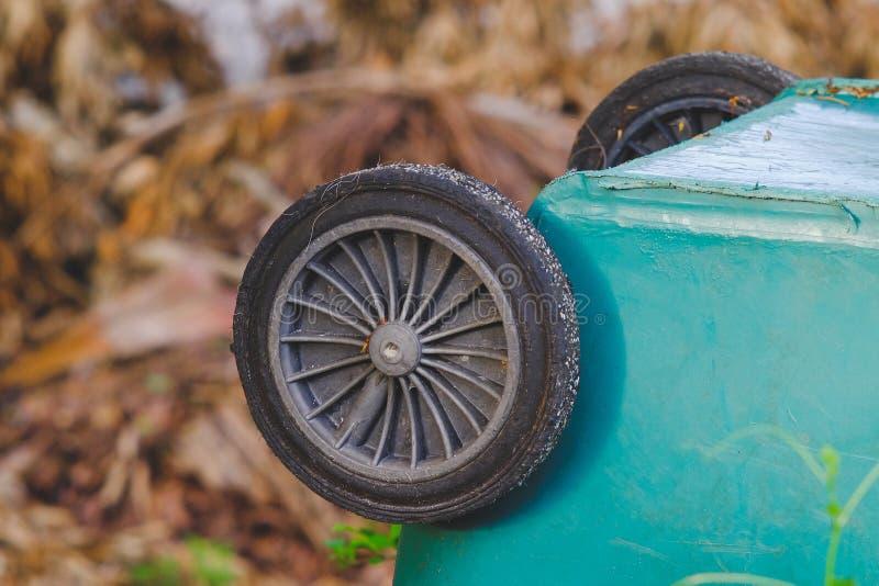 Roda pequena do escaninho verde velho imagem de stock royalty free