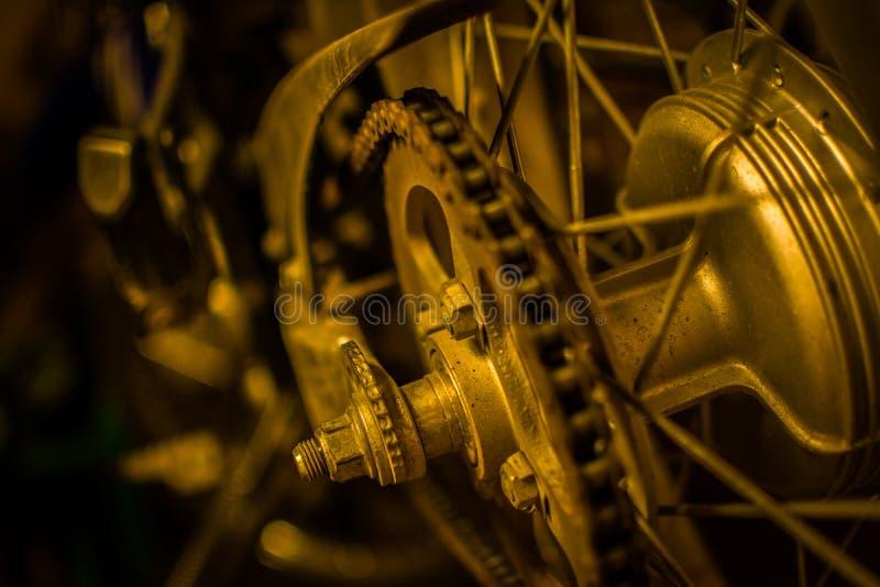 Roda traseira da motocicleta com leve camada de oxidação em seus massa, eixo, estrela, corrente, e porcas fotos de stock