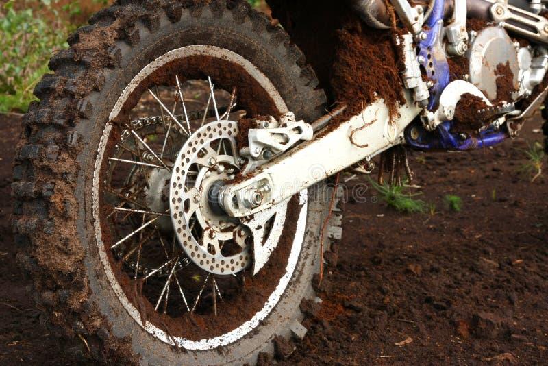 Roda traseira enlameada da bicicleta da sujeira imagens de stock royalty free