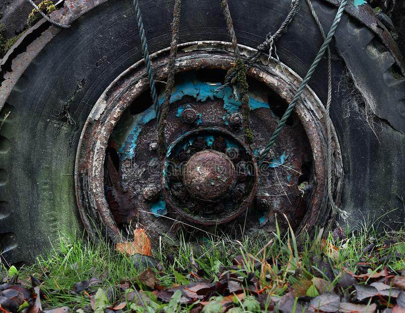 Roda velha oxidada do caminhão foto de stock royalty free