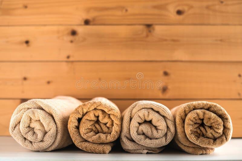 Rodado encima de las toallas de baño en fondo de madera foto de archivo libre de regalías
