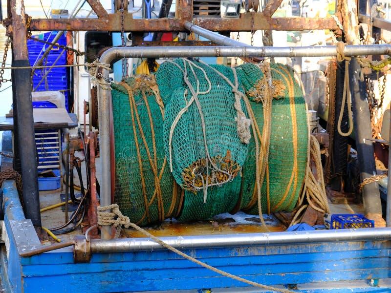 Rodado encima de red de pesca verde en el barco rastreador de mar profundo fotografía de archivo libre de regalías
