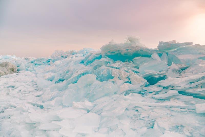 Rodage extérieur de congélation de lac de l'eau la saison d'hiver de lac de l'eau de Baikal photo libre de droits