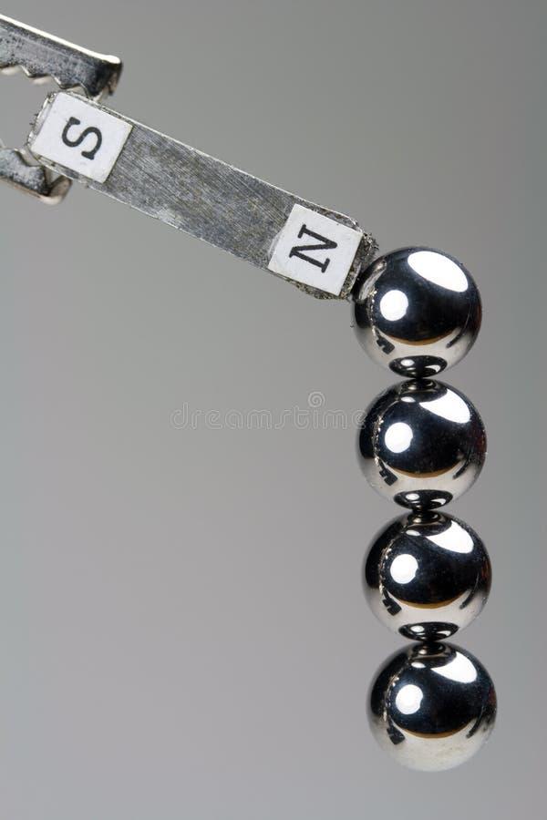 Rodamientos de bolas de acero atraídos al imán fotografía de archivo