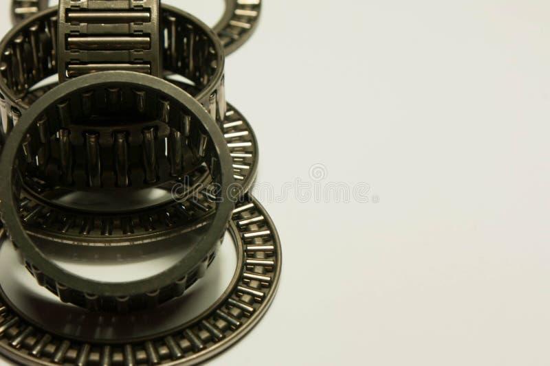 Rodamientos de rodillos en un fondo blanco fotografía de archivo