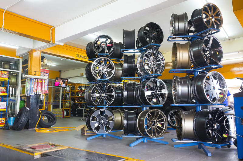 rodas da liga do projeto para o pneumático fotos de stock