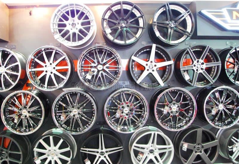 Rodas de carro da liga foto de stock