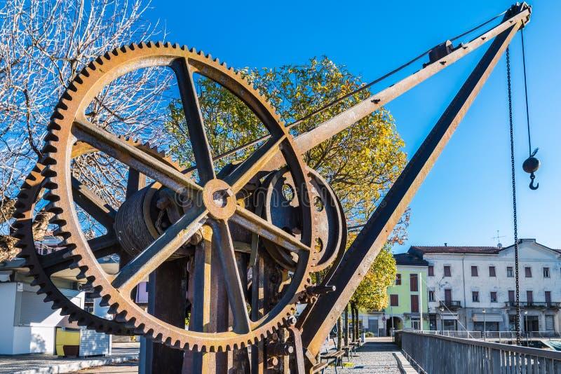 Rodas de engrenagem de um guindaste velho e do vintage, lago Maggiore, Luino, Itália fotos de stock royalty free