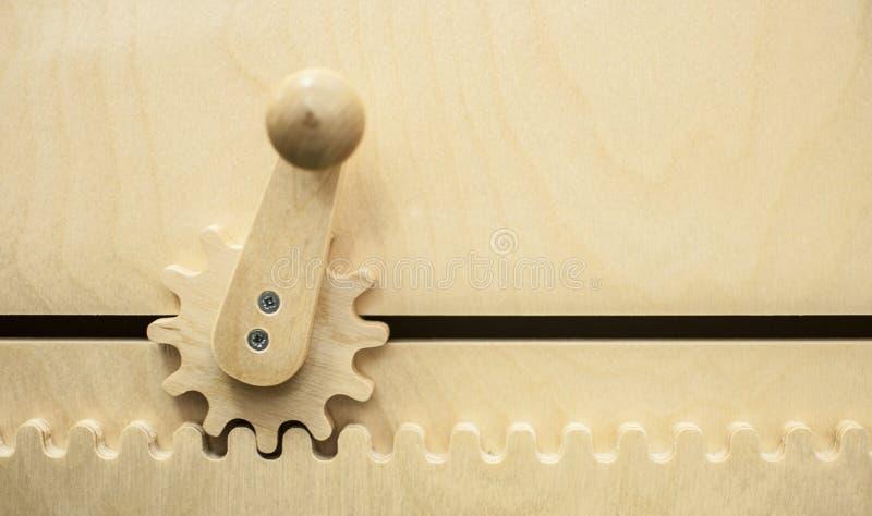 Rodas de engrenagem no fundo de madeira imagens de stock royalty free