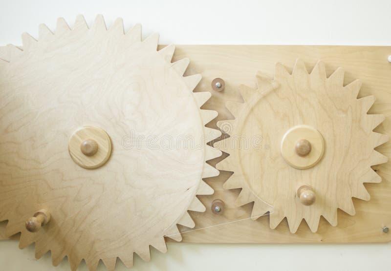 Rodas de engrenagem no fundo de madeira imagens de stock