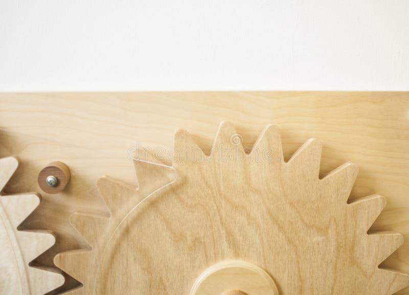 Rodas de engrenagem no fundo de madeira fotografia de stock royalty free