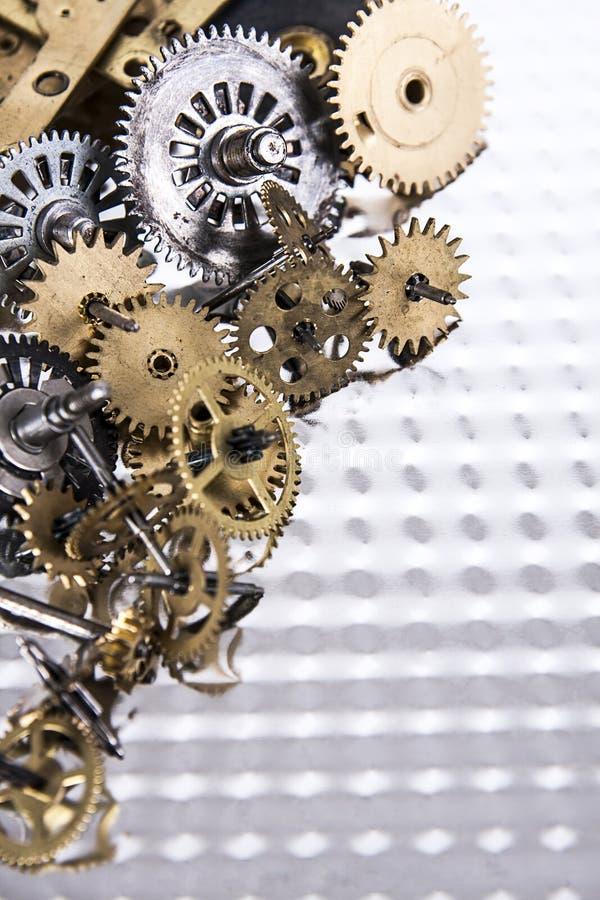 Rodas de engrenagem pequenas na tabela do metal fotografia de stock royalty free