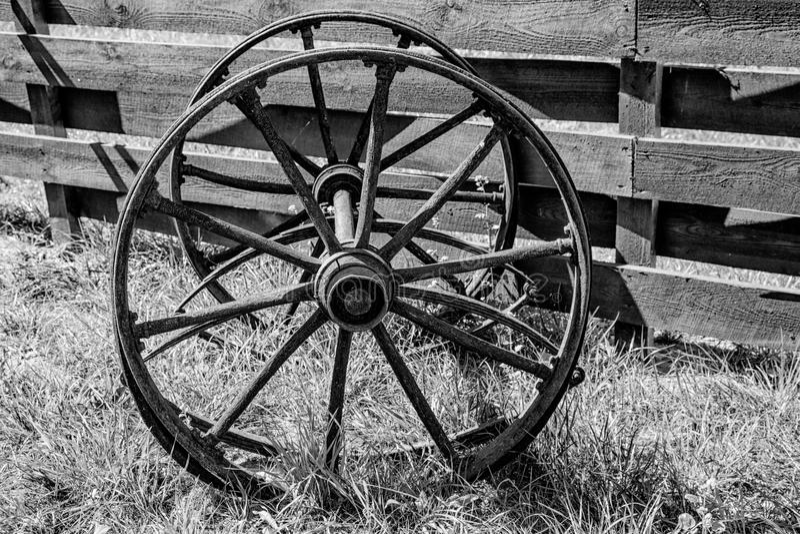 Rodas de madeira de um vagão velho foto de stock