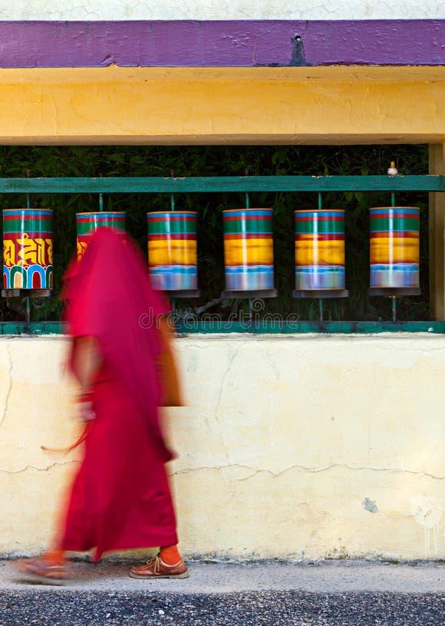 Rodas de oração de giro da monge budista fotografia de stock