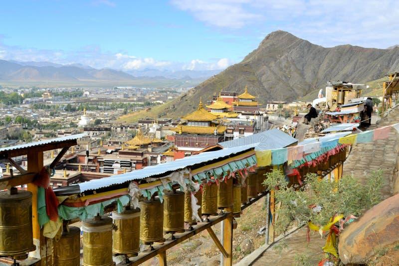 Rodas de oração em torno do monastério em Shigatse, Tibet imagens de stock royalty free