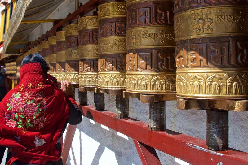 Rodas de oração de gerencio dentro Lhasa da mulher tibetana, Tibet fotografia de stock