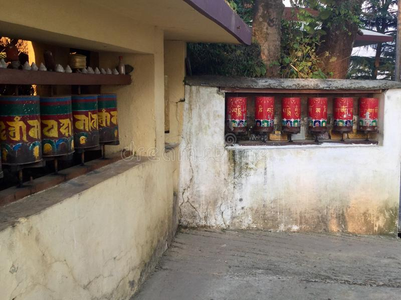 Rodas de oração tibetanas - Kora Walk, McLeodgange, Dharamsala, imagem de stock