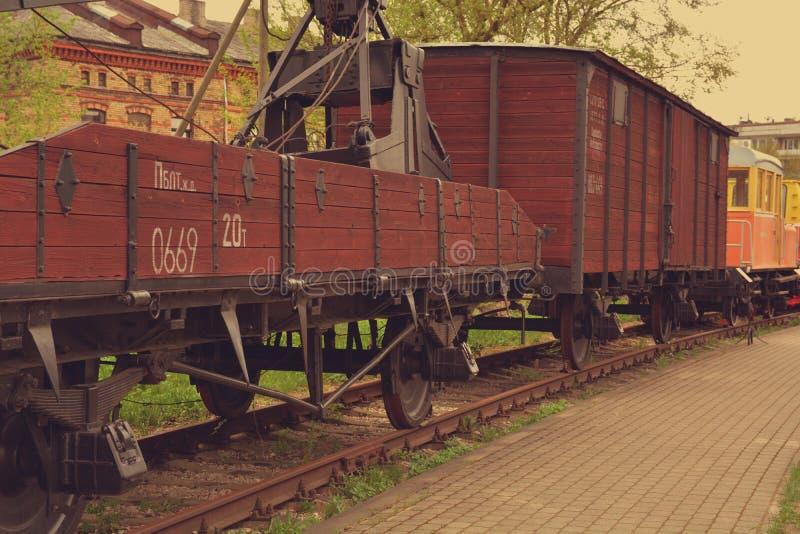 Rodas de vagão do trem nos trilhos imagens de stock