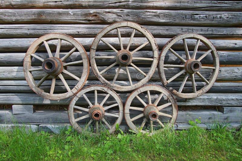 Rodas de vagão de madeira velhas imagens de stock