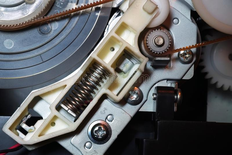 Rodas denteadas e molas das engrenagens dentro de uma impressora a jato de tinta do computador imagem de stock