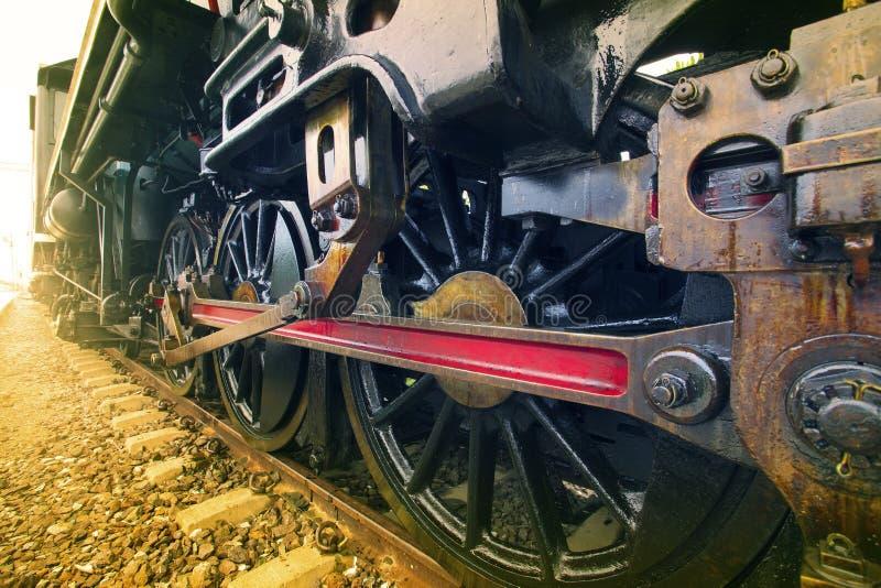Rodas do ferro do trem locomotivo do motor de córrego na trilha de estradas de ferro imagem de stock royalty free