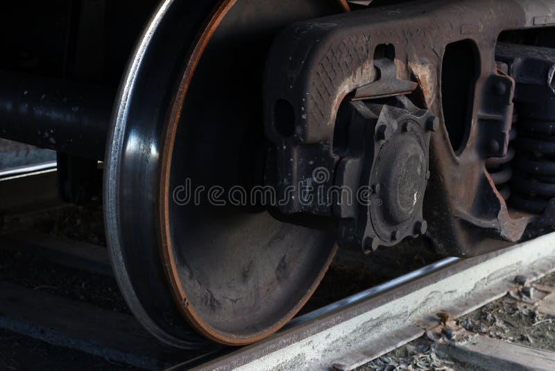 Rodas do trem de mercadorias nos trilhos imagens de stock royalty free