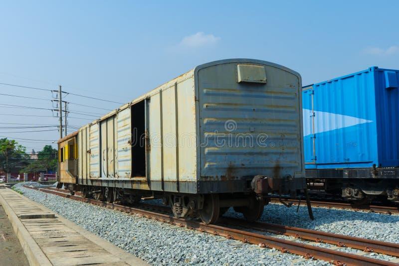Rodas do trem em trilhas com vagão do trem imagens de stock royalty free