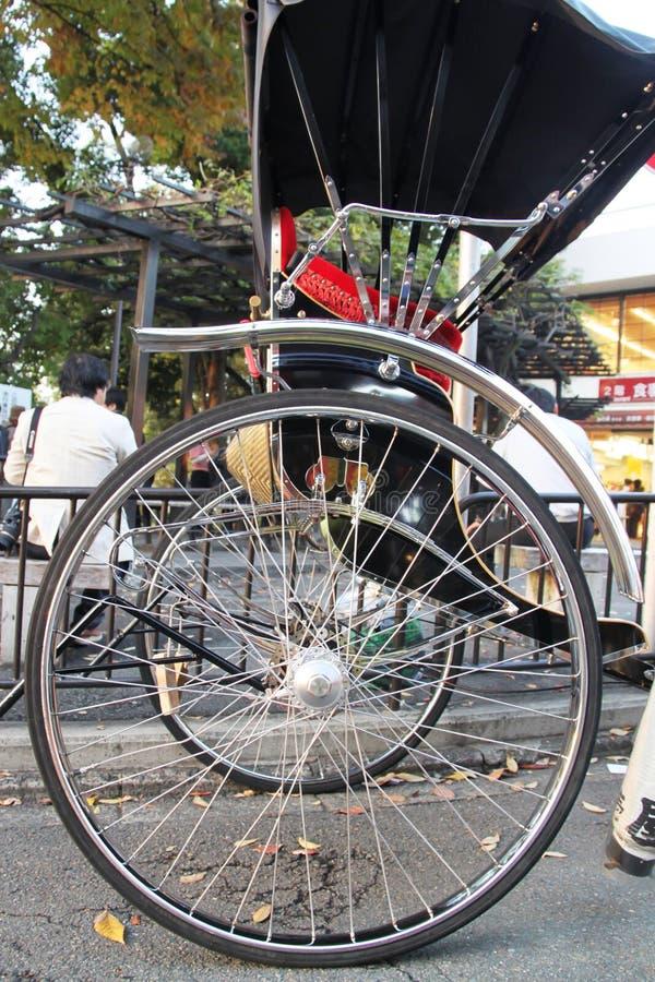 Rodas e raios brilhantes de um riquexó japonês imagem de stock