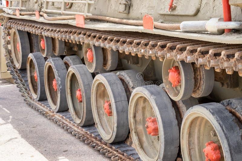 Rodas e trilhas do tanque de tanque indeterminado foto de stock royalty free
