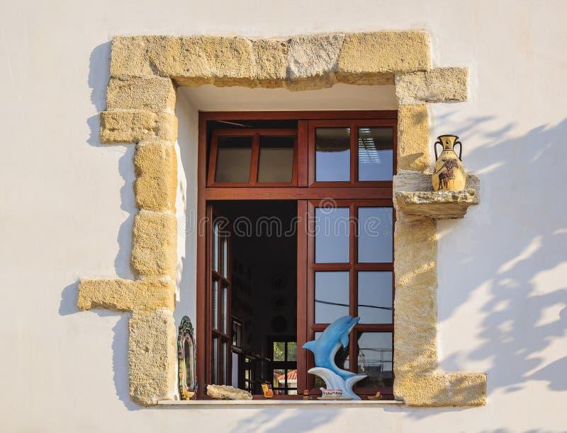 RODAS, GRECIA 24 de agosto de 2015: Ventana en un taller de cerámica moderno de la cerámica con los elementos de la decoración fotografía de archivo