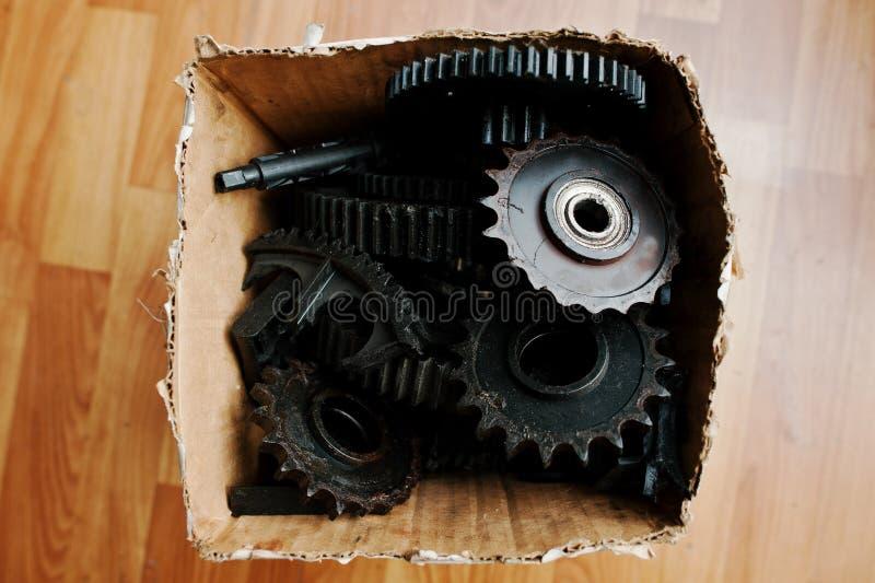 Rodas velhas da roda denteada do metal junto na caixa fotos de stock