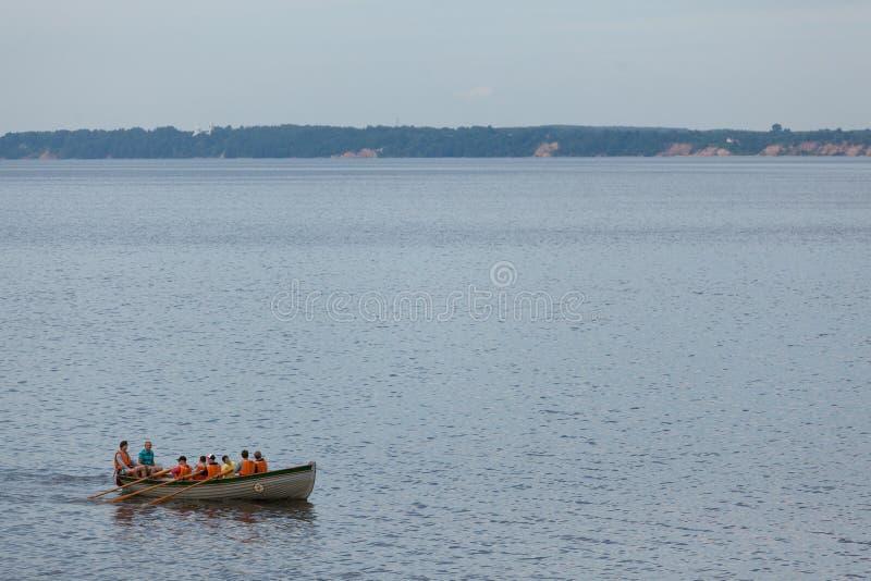 Roddare i lifejackets på ett fartyg royaltyfri fotografi
