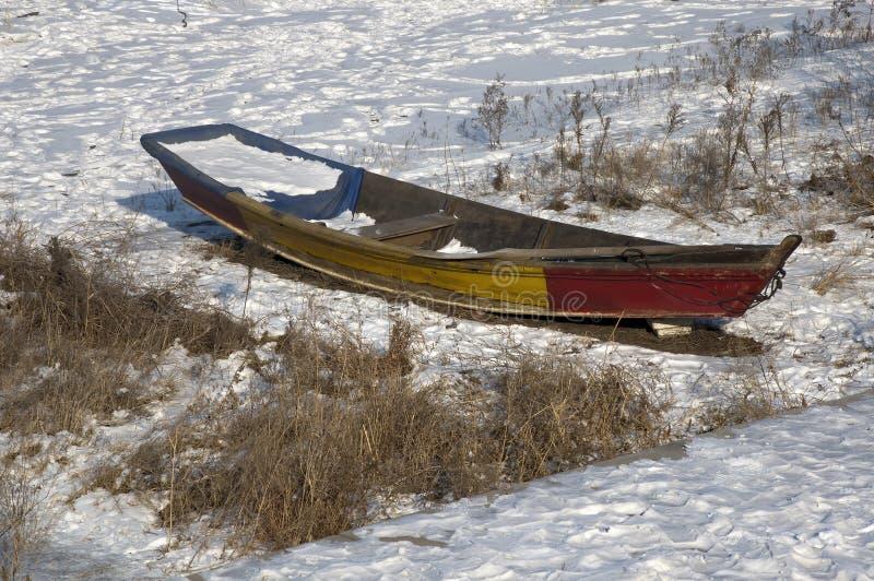 Roddbåt på djupfrysta Songhua River royaltyfria bilder