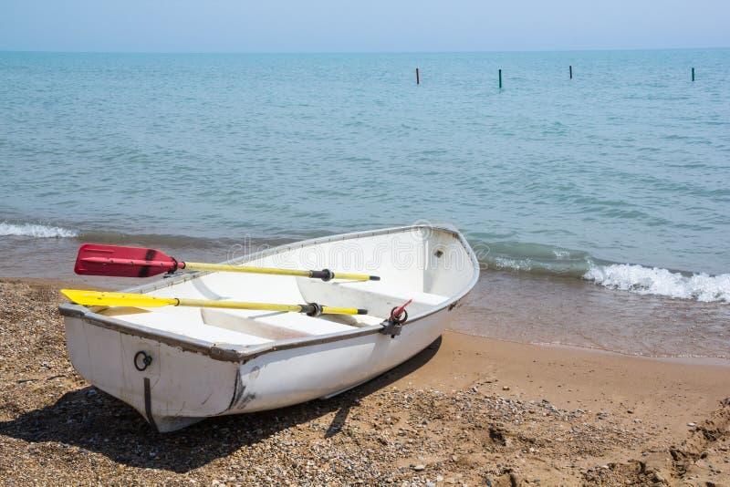 Roddbåt på kusterna av Lake Michigan fotografering för bildbyråer