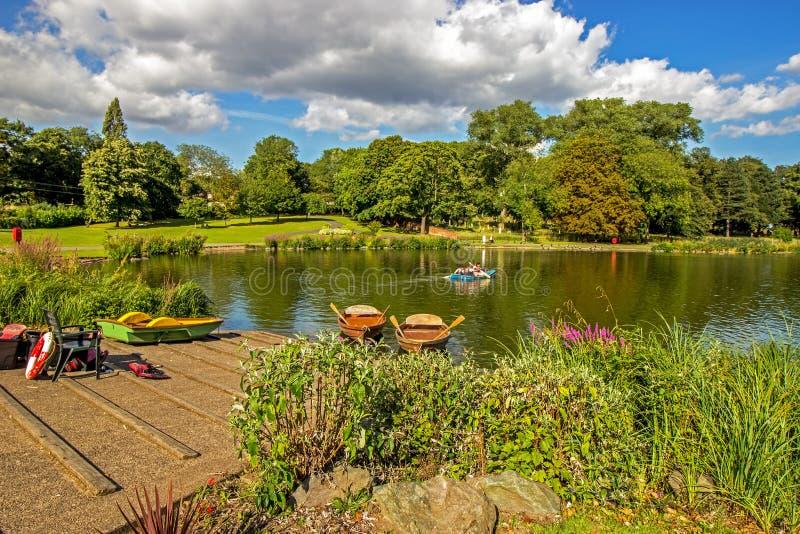 Roddbåtar anslöt i den lilla sjön på parkerar i Birmingham, England fotografering för bildbyråer