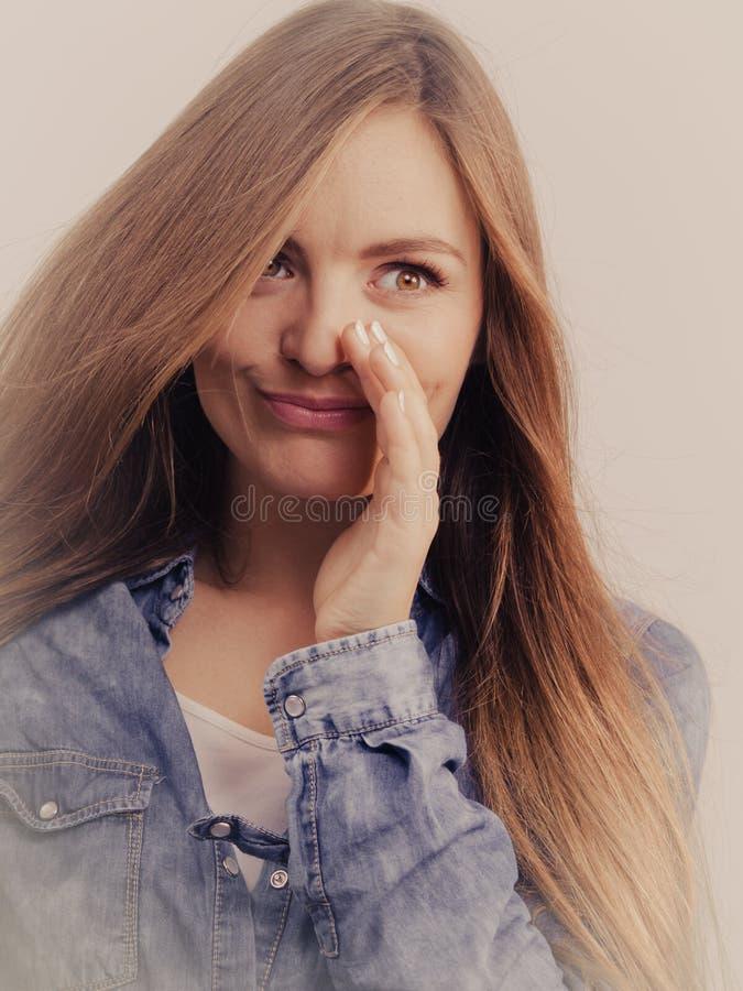 Roddelmeisje die denimoverhemd dragen stock foto