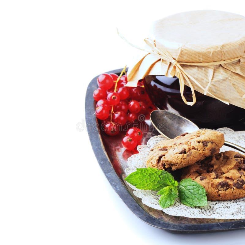 Rode aalbesjam en chocoladeschilferkoekjes royalty-vrije stock fotografie