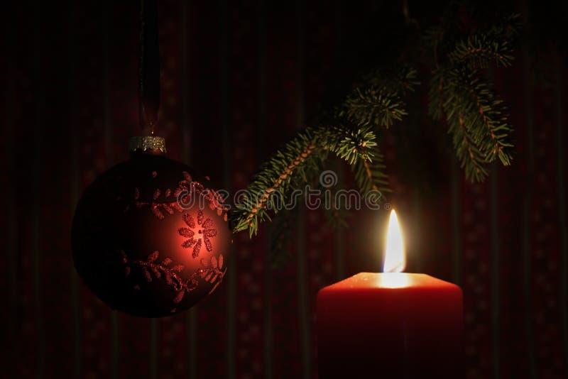 Rode aangestoken kaars en Kerstboombal stock foto